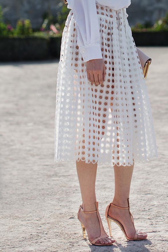 the-sartorialist_white-hole-skirt_madebynoemi_inspiration
